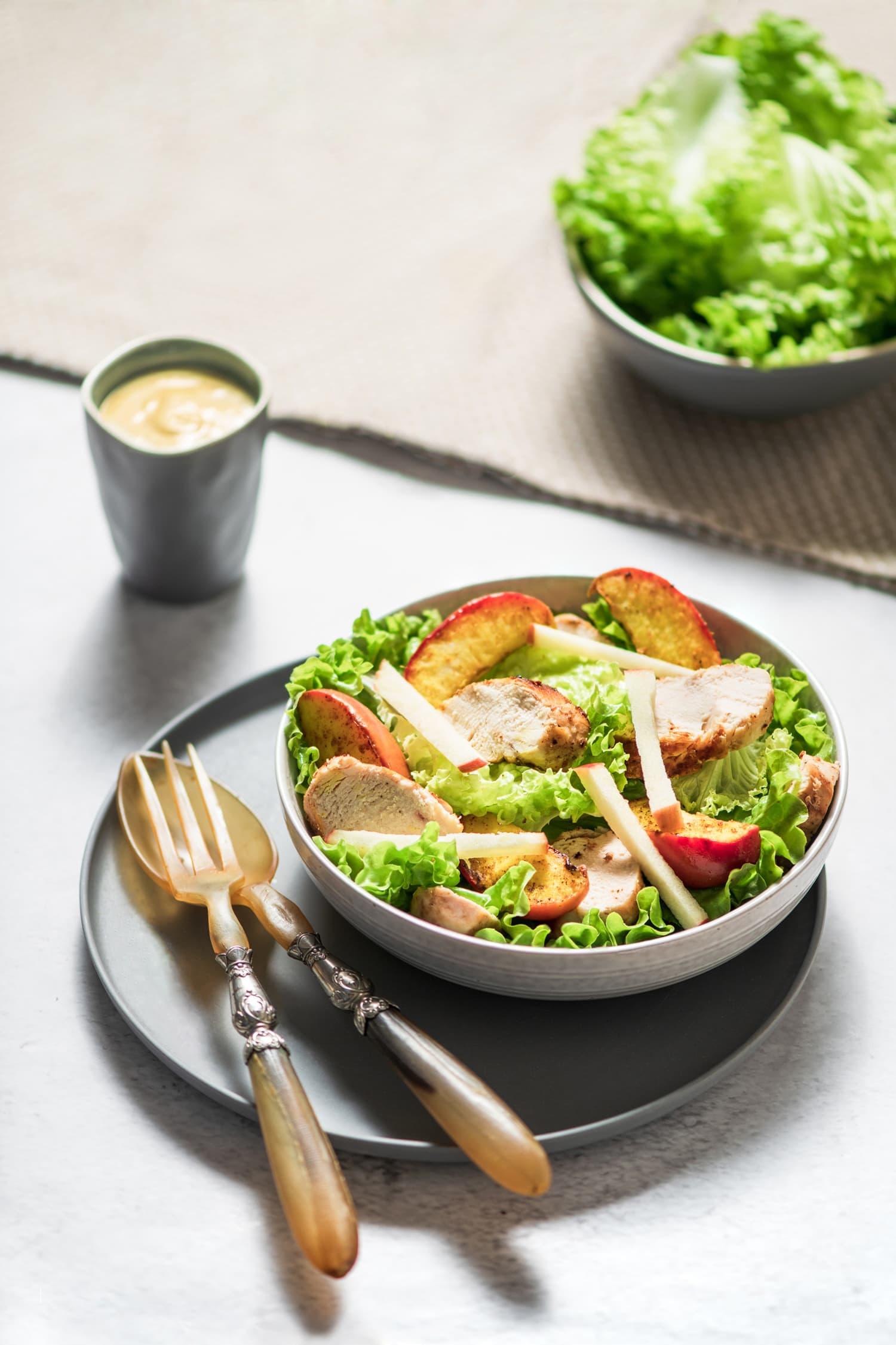Salade de pommes au curry, poulet citronné et sa sauce au yaourt | quatresous.fr