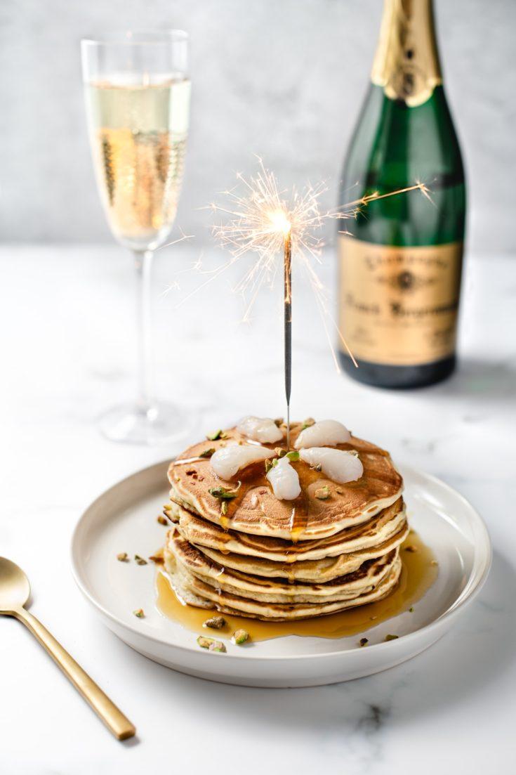 Pancakes au champagne, litchis et pistaches