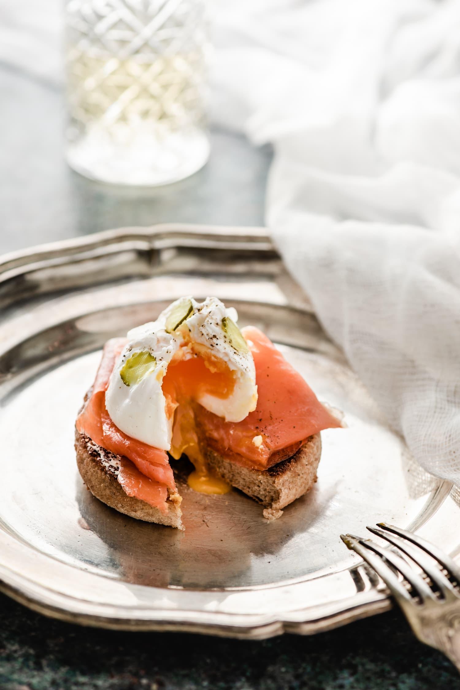 Tartine au beurre aillé, truite fumée et œufs pochés | quatresous.fr