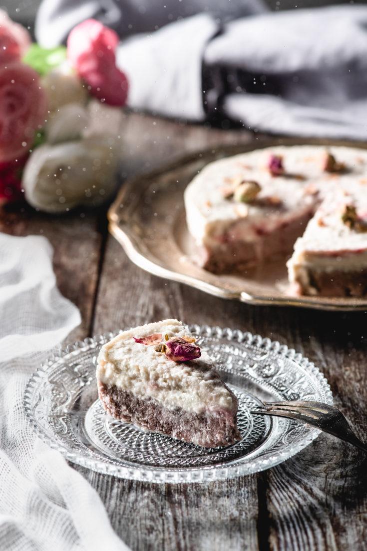 Gâteau cru à la rose, framboise et noix de coco